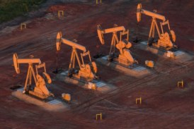 U.S. drillers add oil rigs for first week since mid-August -Baker Hughes