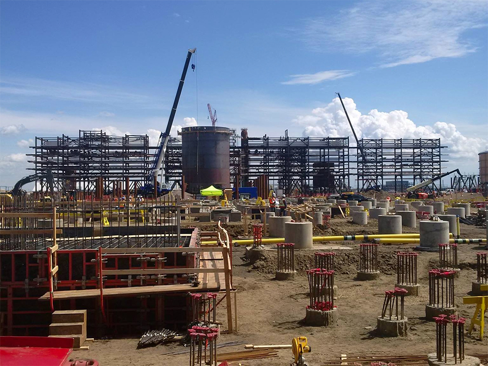 Gasifier unit under construction in July 2016 at Sturgeon Refinery.