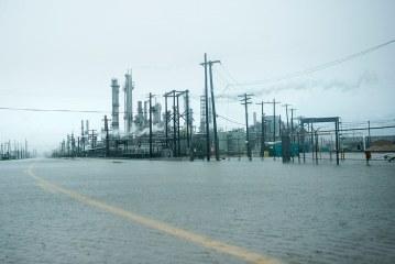 Gasoline prices surge, oil declines as Harvey shutters refineries